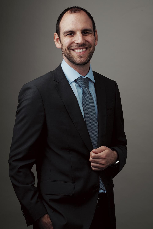 Il est titulaire d'un Certificat Fédéral de Capacité en 1999 (Apprentissage à l'UBS Genève). Suite à un séjour linguistique aux Etats-Unis en 2003, il a obtenu les diplômes TOEFL et TOEIC.